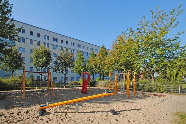 Spielplatz im Wohngebiet: 4-Raum-Wohnung Am Hohen Ufer 8